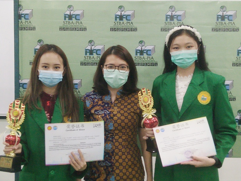 Dua Mahasiswi STBA-PIA Medan Raih Prestasi Kompetisi Chinese Bridge Tingkat Nasional